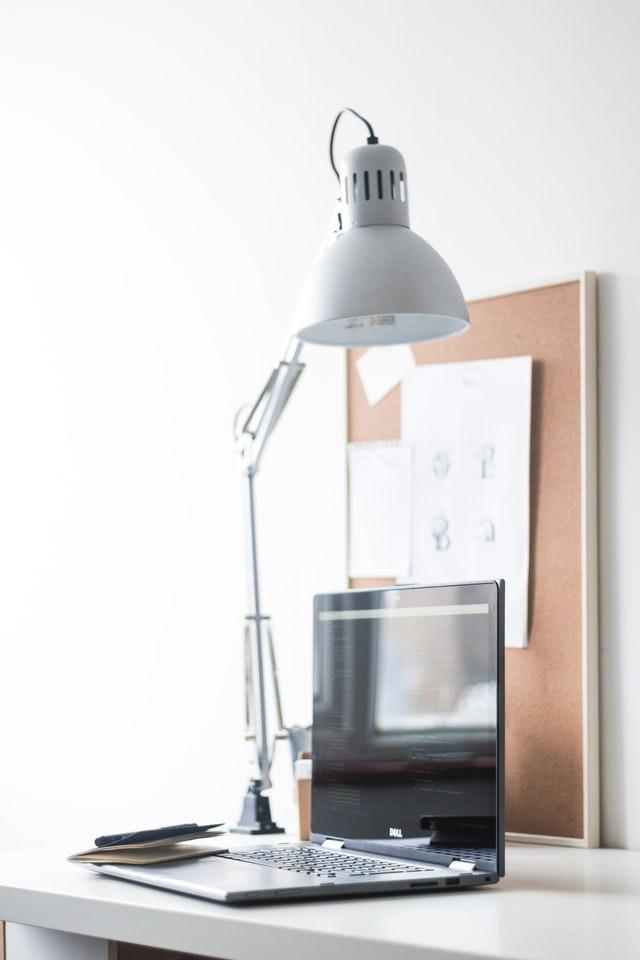 lampa nad počítačem